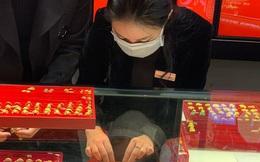 Dịch Covid-19 lan rộng đẩy giá vàng thế giới vượt mốc 1.700 USD/ounce, vàng trong nước tăng gần 1 triệu đồng/lượng ngay khi mở cửa
