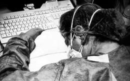 'Biểu tượng' chống Covid-19 ở Italy: Nữ y tá ngủ gục trên bàn, mặt đầy vết bầm vì đeo khẩu trang sau 10 tiếng đồng hồ làm việc không nghỉ
