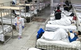 Bức ảnh bác sĩ ngả lưng trên giường bệnh vào đêm cuối ở bệnh viện cabin ở Vũ Hán gây xúc động, đánh dấu bước đầu tiến đến chiến thắng Covid-19