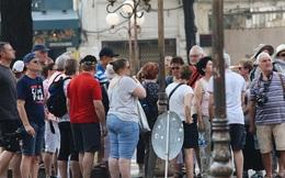 Ngày đầu áp dụng việc đeo khẩu trang nơi cộng cộng: Người đeo người không, nhiều du khách nước ngoài vẫn chưa thực hiện đúng quy định