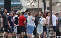 Ngày đầu áp dụng việc đeo khẩu trang nơi công cộng: Người đeo người không, nhiều du khách nước ngoài vẫn chưa thực hiện đúng quy định