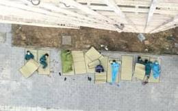 """Hình ảnh những người làm công tác phòng dịch """"trải chiếu, nằm đất, ngoài trời"""": Sự hy sinh thầm lặng khiến ai cũng cay xè mắt"""