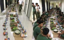 """Bữa ăn khuya đơn giản mà ấm áp sau 1 ngày dài """"căng mình"""" trong khu cách ly của các chiến sĩ: Nồi cháo trắng, gói bim bim cùng chai nước lọc"""