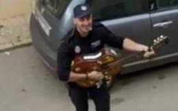 Khoảnh khắc hạnh phúc giữa lúc buồn chán: Anh cảnh sát chơi guitar hát cho cả phố nghe, xua đi bầu không khí u ám vì Covid-19