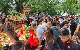 Người dân Hà Nội vẫn chen chân đi lễ Phủ Tây Hồ trong dịch Covid-19