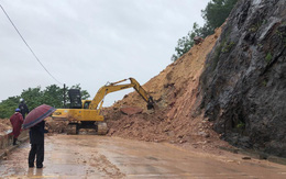 Kinh hãi hàng nghìn khối đất đổ ập xuống quốc lộ ở Nghệ An