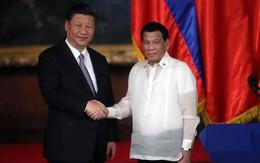 Tổng thống Duterte gây ngỡ ngàng khi vừa đút tay túi quần vừa tiếp đón ông Tập Cận Bình