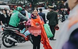 """Một Hà Nội """"vui như Tết"""" trong ngày đón chờ trận chung kết lịch sử: Phố phường rộn ràng tiếng nhạc, cờ hoa phủ mọi nẻo đường"""