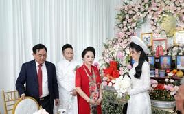 Giữa lùm xùm với showbiz Việt, vợ chồng đại gia Dũng lò vôi xuất hiện rạng rỡ trong đám hỏi con trai bà Phương Hằng
