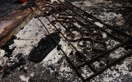 Ảnh: Khung cảnh tan hoang bên trong dãy trọ bị giặc lửa thiêu rụi ở Hà Nội