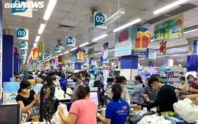 TP.HCM: Siêu thị ngập hàng hóa, người dân vẫn chen nhau mua tích trữ