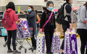 """'Bây giờ, nó là món quà có ý nghĩa hơn cả rượu đấy': Virus corona đã khiến giấy vệ sinh trở thành một loại """"tiền tệ"""" mới"""