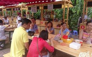 Phố hàng rong đầu tiên ở Sài Gòn nườm nượp khách sau hơn 1 tháng khai trương