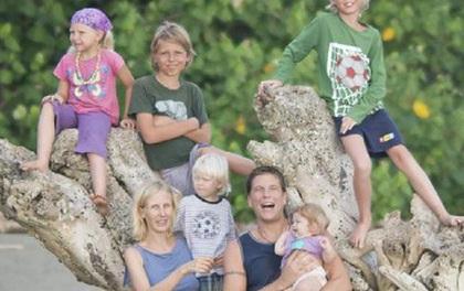 Nuôi 6 đứa con, chỉ làm việc 10 giờ mỗi tuần và đi du lịch, cặp vợ chồng này vẫn kiếm được tiền theo cách không ai ngờ