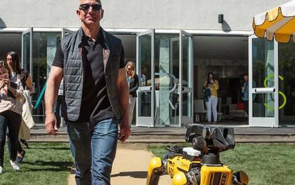 Khí chất của tỷ phú giàu nhất thế giới: Jeff Bezos dắt chó robot đi dạo tại hội nghị thường niên của Amazon