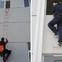 Sự nguy hiểm khi dùng thang dây thoát hiểm không đúng cách trong lúc hỏa hoạn tại nhà cao tầng